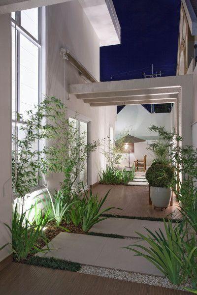 Pergolado de concreto em muro ornamentando o jardim de inverno