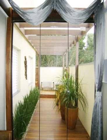 A combinação com grama e piso de madeira é ótima para jardins