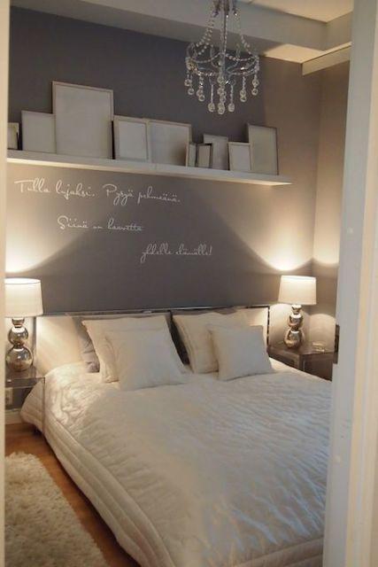 Prateleira com quadros em quarto com iluminação intimista