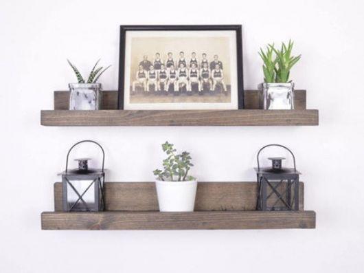 A prateleira de madeira para quadros é uma dica para decoração rústica