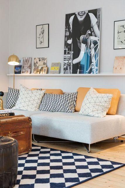 Sala com prateleira branca simples para quadros