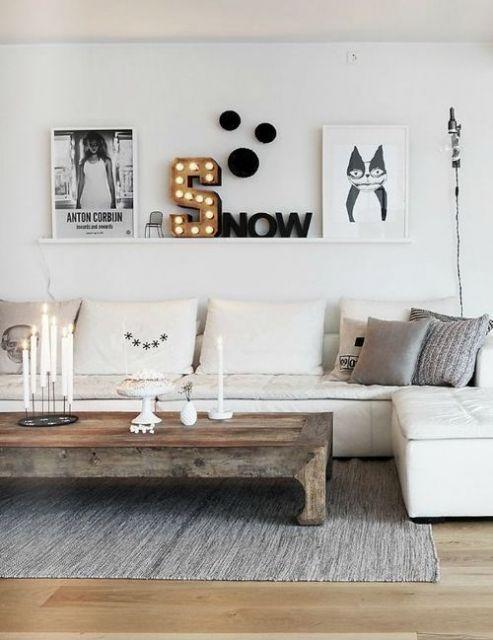 Sugestão de decoração de sala com prateleira para quadro