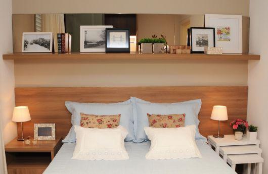 A prateleira própria para quadros é a mais indicada para por acima da cama