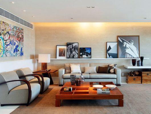 As prateleiras para quadros podem ser colocadas em salas grandes