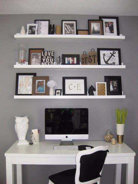 Decore a área da escrivaninha com prateleiras para quadros