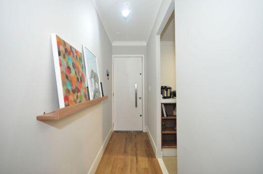 Dica de prateleira para quadros de madeira para por no corredor