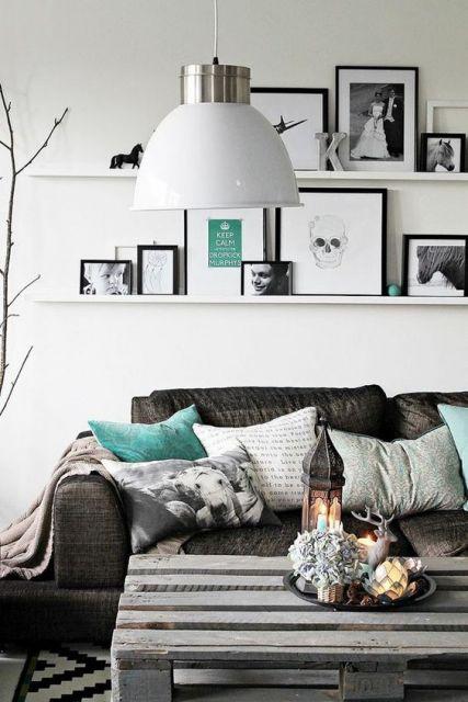 Sala bem aconchegante com prateleira para quadros