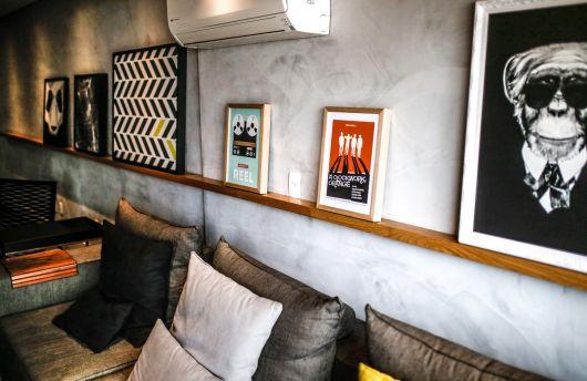 Decoração de sala com prateleira para quadros de madeira