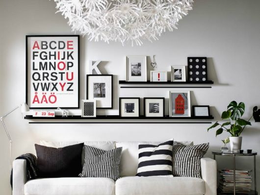 Complemente a sala moderna com prateleiras para quadros