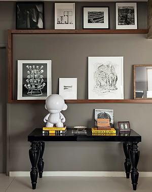 Sugestão de sala com referências retrô e prateleira para quadros