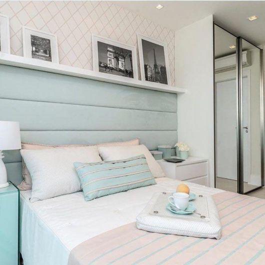 Sugestão de quarto romântico com prateleira para quadros