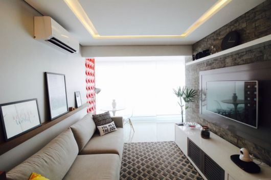 Salas modernas também podem ter prateleiras para quadros