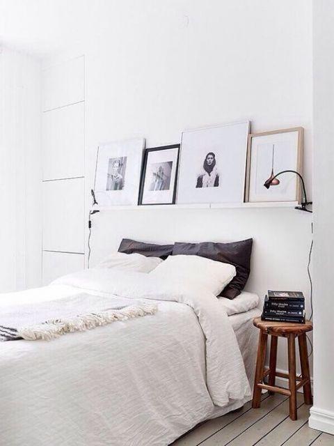 A prateleira ajuda a decorar o quarto com quadros em muitos furos na parede