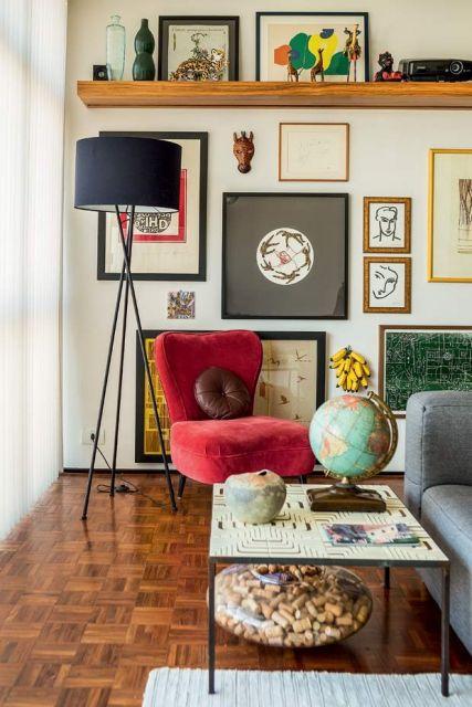A prateleira de madeira pode ser inserida em salas de qualquer estilo