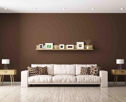 A prateleira para quadros de madeira dá um up no visual