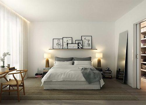 Visão de decoração completa de quarto, inclusive com prateleira para quadros