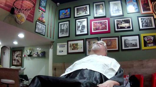 Ideia de decoração com quadros para barbearia