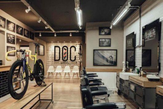 Preencha as paredes com quadros que combinem com a decoração da barbearia