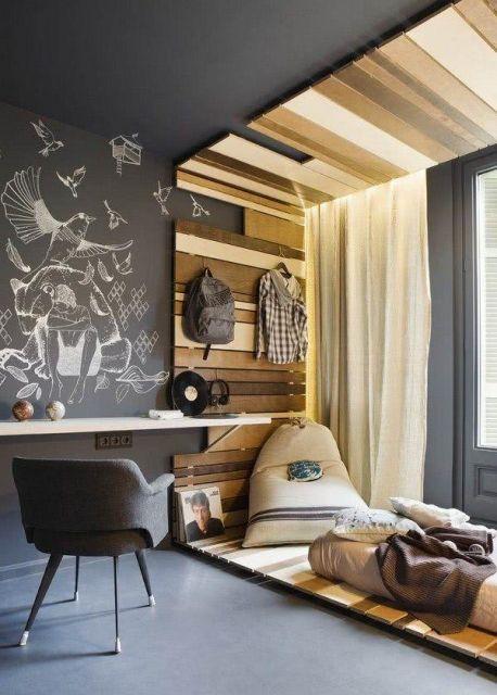 A madeira dá um toque rústico a esse quarto cinza