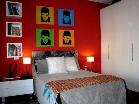 Uma parede vermelha já é suficiente para trazer vivacidade ao quarto