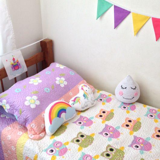 quarto unicórnio infantil com bandeirolas