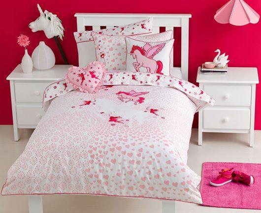 Quarto em tons de rosa e vermelho de unicornio