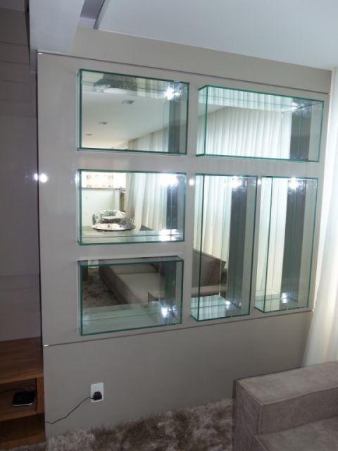 Veja ideia de divisão de ambientes com nichos de vidro