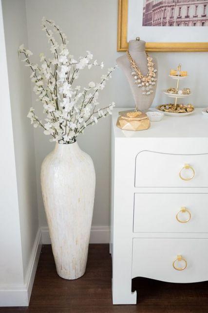 Decoração provençal com vaso branco