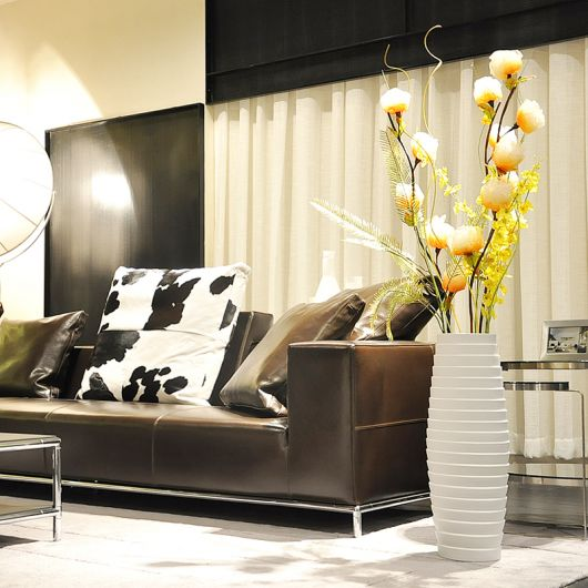 vaso grande branco pode ser colocado na decoração da sala