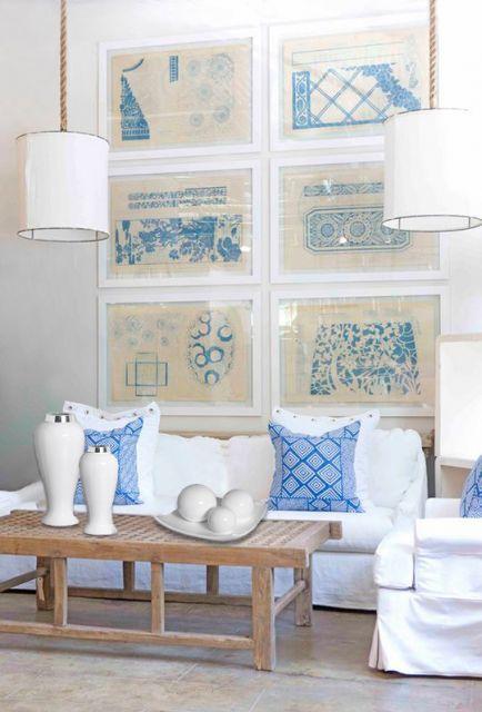 Sala clássica com decoração azul e branca. O vaso dá um charme a mais