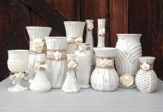 Vasos antigos de cerâmica brancos