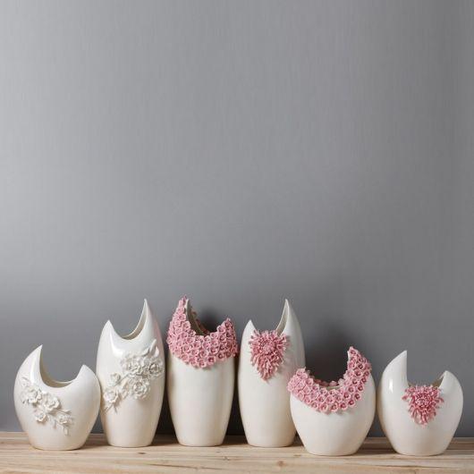 Composição de vasos brancos bem diferentes