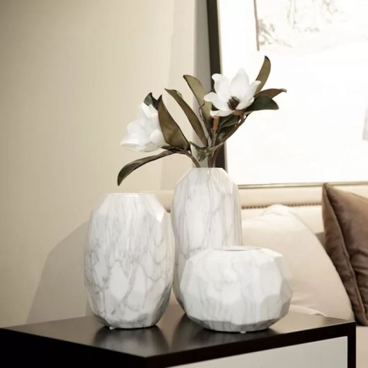 Alguns modelos de vasos brancos podem modernizar a sala