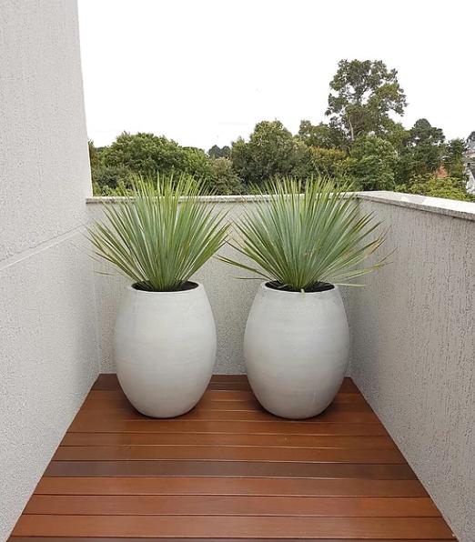 Par de vasos brancos na varanda