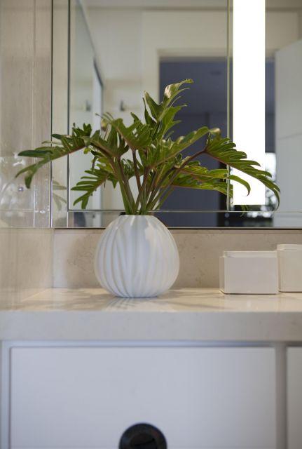 Você pode decorar seu aparador com um vaso pequenino branco