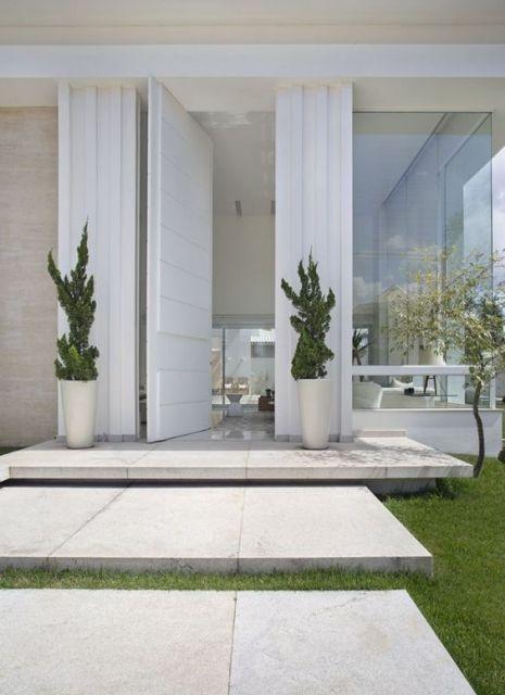 Vasos brancos podem ser postos na fachada de uma casa moderna