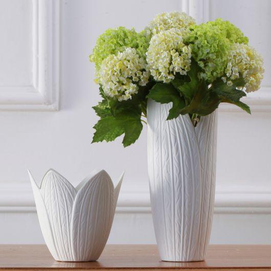 Veja o contraste de vasos brancos pequenos em diferentes comprimentos