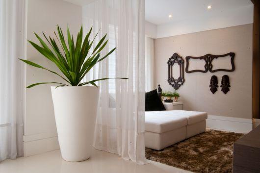 Veja uma ideia de quarto de casal com grande vaso branco