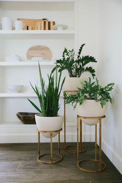 Sala decorada com conjunto de vasos brancos
