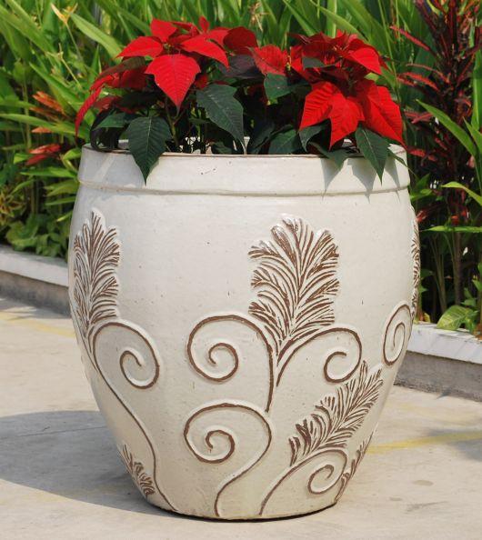 Há vasos vietnamitas brancos com detalhes também