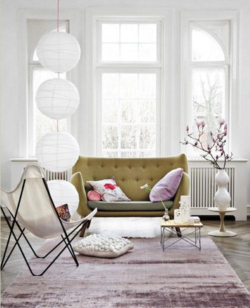 Decoração de sala com vaso branco pequeno