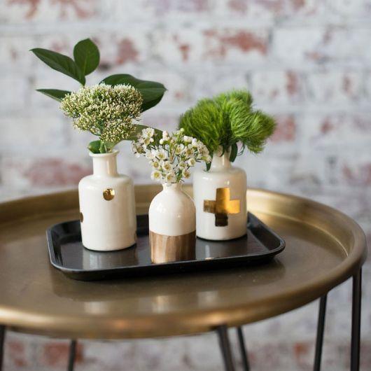 decoração delicada com vasos brancos pequenos