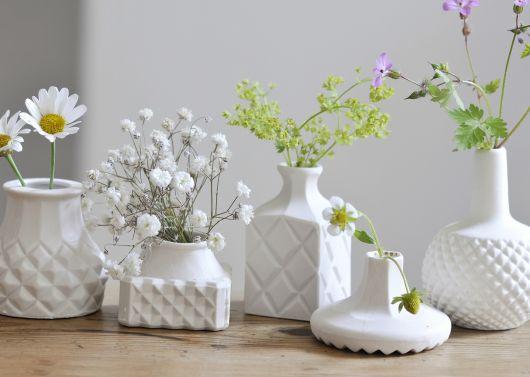 Que tal então vasos de cerâmica brancos decorados