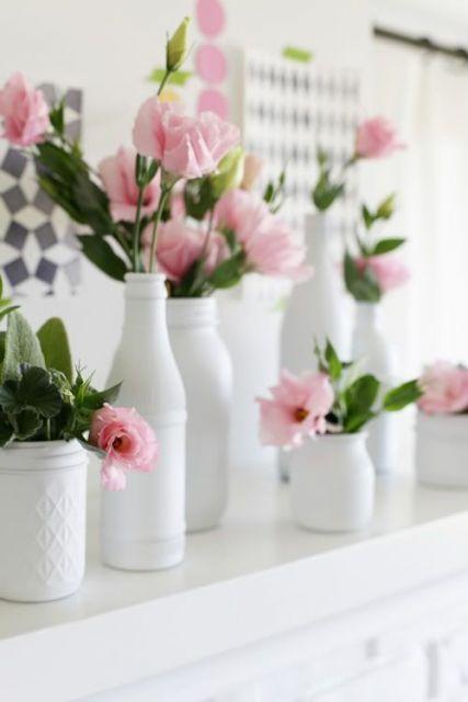 Você pode customizar vasos brancos com garrafas para decorar casas e festa
