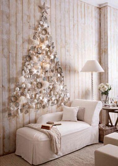 árvore de natal com bolinhas e pisca pisca neutro em parede de sla clean.