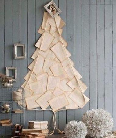 árvore de natal de parede feita com cartas.