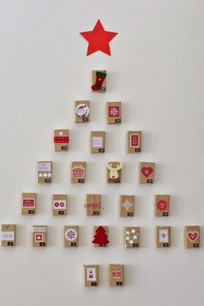 árvore de natal feita de caixinhas coloridas.