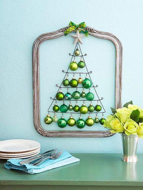 árvore de natal feita com bolinhas verdes.