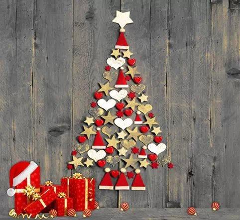 árvore de natal de parede com bolinhas vermelhas de tecido.