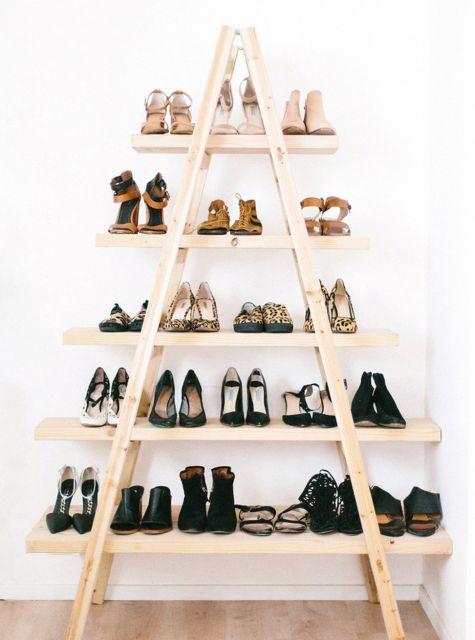estante escada usada como sapateira em cor de madeira crua.